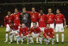 28 Σεπτεμβρίου 2004: Η Μάντσεστερ Γιουνάιτεντ λίγο πριν από το παιχνίδι με την Φενέρμπαχτσε για το Champions League. Στη σύνθεση της ομάδας ο νεαρός Γουέιν Ρούνει και παίκτες όπως ο Γκάμπριελ Χάιντσε, ο Χοσέ Κλλέμπερσον και ο Ερικ Τζεμπά-Τζεμπά.