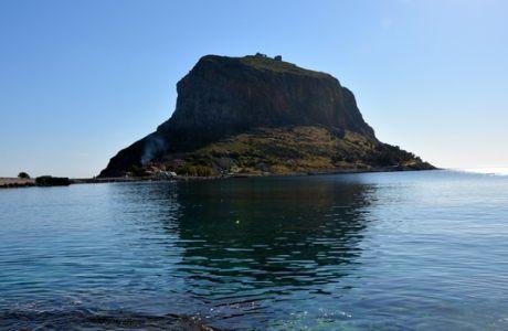 """Το λιμάνι της Μονεμβασιάς προσέγγισε την Πέμπτη 11 Απριλίου 2013, το κρουαζιερόπλοιο """"QUEST OF ADVENTURE"""" μεταφέροντας περίπου 400 επιβάτες. Πρόκειται για το πλοίο που """"ανοίγει"""" την εφετινή περίοδο κρουαζιέρας για το λιμάνι της Μονεμβασιάς.  Ο Δήμος Μονεμβασιάς διοργάνωσε υποδοχή για τους επιβάτες και τα μέλη του πληρώματος, που περιελάμβανε καλωσόρισμα με παραδοσιακά γλυκά Μονεμβασιάς, διανομή πληροφοριακού υλικού αλλά και επίδειξη τοπικών παραδοσιακών χορών από το χορευτικό συγκρότημα του Πολιτιστικού Συλλόγου  """"Οι Ρίζες"""". (EUROKINISSI/ΔΗΜΟΣ ΜΟΝΕΜΒΑΣΙΑΣ)"""