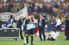 Ο Αγιάλα προσπαθεί να παρηγορήσει τον Κανιθάρες μετά την απώλεια του Champions League από την Μπάγερν στα πέναλτι (23/5/2001)