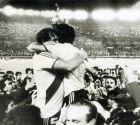 Αμέρικο Γκαγέγο (αριστερά, ο αρχηγός) και Νορμπέρτο Αλόνσο πανηγυρίζουν την κατάκτηση του Copa Libertadores το 1986.