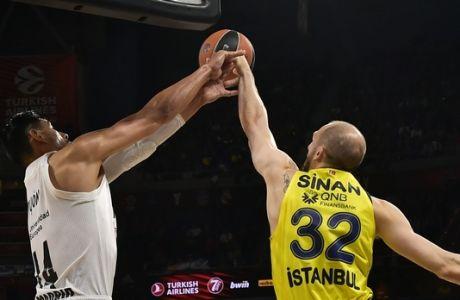 Madrid's Gustavo Ayon, left, duels for the ball with Fenerbahce's Sinan Guler during their Final Four Euroleague third place basketball match between Real Madrid and Fenerbahce Beko Istanbul at the Fernando Buesa Arena in Vitoria, Spain, Sunday, May 19, 2019. (AP Photo/Alvaro Barrientos)