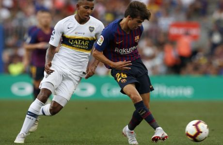 FC Barcelona's Riqui Puig, right, duels for the ball against Boca Juniors' Sebastian Villa during the Joan Gamper trophy friendly soccer match between FC Barcelona and Boca Juniors at the Camp Nou stadium in Barcelona, Spain, Wednesday, Aug. 15, 2018. (AP Photo/Manu Fernandez)