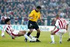Ο Ίλια Ίβιτς της ΑΕΚ σε στιγμιότυπο με τον Γιώργο Αμανατίδη και τον Στέλιο Γιαννακόπουλο του Ολυμπιακού σε αναμέτρηση για την Α' Εθνική 2001-2002 στο Ολυμπιακό Στάδιο | Σάββατο 20 Απριλίου 2002