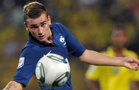 France's player Antoine Griezmann controlls the ball during their FIFA Under-20 World Cup Round 16 football match against Ecuador held at the Jaime Moron stadium in Cartagena, Colombia, on August 10, 2011. France won 1-0 with a goal scored by Griezmann. AFP PHOTO / Guillermo Legaria