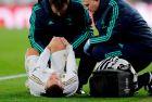 """Ο Αζάρ δέχεται τις πρώτες βοήθειες από το ιατρικό τιμ της Ρεάλ σε ματς των """"μερένγκες"""" με την Παρί Σεν Ζερμέν στο """"Μπερναμπέου"""" για το Champions League (26/11/2019)."""