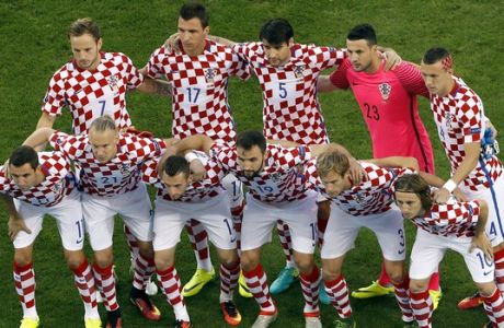 Players of Croatia line up for a team photo prior to the Euro 2016 round of 16 soccer match between Croatia and Portugal at the Bollaert stadium in Lens, France, Saturday, June 25, 2016. (AP Photo/Darko Vojinovic)