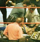 O Όουεν Χάρτ έχοντας χάσει τις αισθήσεις του, δέχεται τεχνητή αναπνοή από τον γιατρό της Kemper Arena