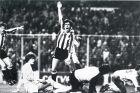 """Ντάνι και Πάτσι Σαλίνας πανηγυρίζουν το νικητήριο γκολ της Αθλέτικ επί της Ρεάλ Μαδρίτης για το πρωτάθλημα της σεζόν 1983/84 στο """"Σαν Μαμές""""."""