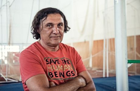 Ο Γιώργος Πομάσκι φωτογραφίζεται για το Contra.gr