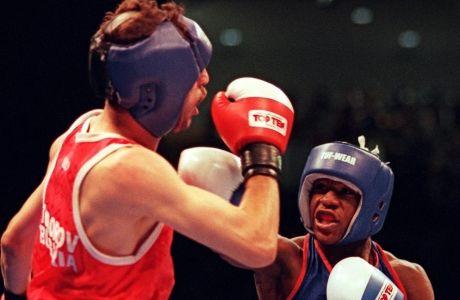 Ο Σεραφίμ Τοντόροφ προσπαθεί ν' αποκρούσει ένα από τα χτυπήματα του 19χρονου Φλόιντ Μεϊγουέδερ στον ημιτελικό των Ολυμπιακών Αγώνων