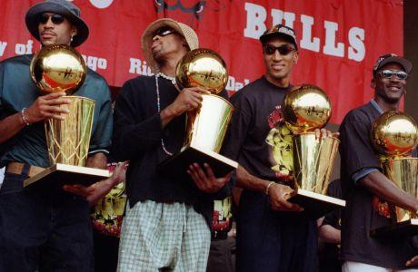 Δευτέρα, 16 Ιουνίου 1997, οι Ρον Χάρπερ, Ντένις Ρόντμαν, Σκότι Πίπεν, Μάικλ Τζόρνταν κρατούν τέσσερα τρόπαια του ΝΒΑ που έχουν κατακτήσει, κατά τη διάρκεια εορταστικής εκδήλωσης στο Grant Park του Σικάγο, έχοντας νικήσει με 4-2 στους Τελικούς του NBA τους Γιούτα Τζαζ