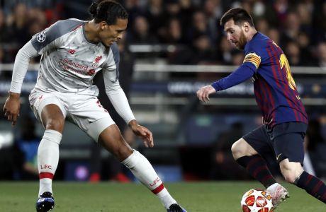 Ο Βίρτζιλ φαν Ντάικ της Λίβερπουλ και ο Λιονέλ Μέσι της Μπαρτσελόνα σε αναμέτρηση για τα πρώτα ημιτελικά του Champions League 2018-2019 στο 'Καμπ Νόου', Βαρκελόνη, Τετάρτη 1 Μαΐου 2019