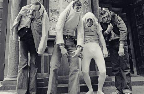 Οι Κλιζ, Πέιλιν, Γκίλιαμ και Τζόουνς, τα τέσσερα από τα έξι μέλη των Monty Puthon