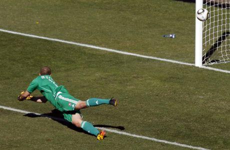 Ο τερματοφύλακας της Σλοβακιάς Τζάν Μούντσα, μπλοκάρει ένα σουτ από τον Ένρικε Βέρα  της Παραγουάης, σε αναμέτρηση για τη φάση των ομίλων του Μουντιάλ του 2010.