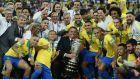 Ο πρόεδρος της Βραζιλίας, Ζαΐρ Μπολσονάρο, κρατάει το τρόπαιο του Copa América 2019 και πανηγυρίζει με τους παίκτες της εθνικής ομάδας της χώρας, μετά από τη νίκη με 3-1 επί του Περού στον τελικό του 'Μαρακανά', Ρίο ντε Ζανέιρο, Κυριακή 7 Ιουλίου 2019