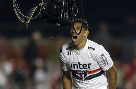 Ο Ντιέγκο Σόουζα της Σάο Πάολο πανηγυρίζει ένα τέρμα του μπροστά σε τηλεοπτική κάμερα, στην αναμέτρηση με την Ροσάριο Σεντράλ για το Copa Sudamericana του 2018. (AP Photo/Andre Penner)