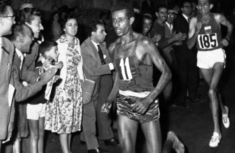 Ο Αμπέμπε Μπικίλα κατά τη διάρκεια του αγωνίσματος του μαραθωνίου στους Ολυμπιακούς Αγώνες 1960 στη Ρώμη, Σάββατο 10 Σεπτεμβρίου 1960