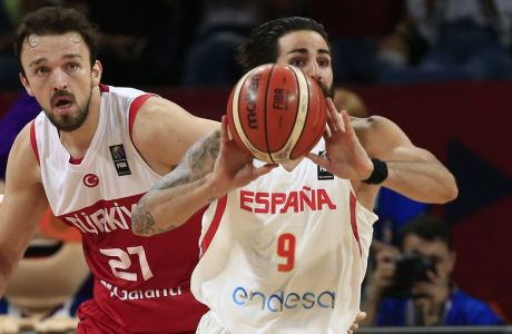 Spain's Ricky Rubio, right, drives to the basket as Turkey's Sertac Sanli tries to block him during their Eurobasket European Basketball Championship round of 16 match in Istanbul, Sunday, Sept. 10. 2017. (AP Photo/Lefteris Pitarakis)