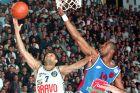 Ο Θερλ Μπέιλι προσπαθεί να κόψει τον Μπάνε Πρέλεβιτς στη διάρκεια του Τελικού Κυπέλλου του 1995