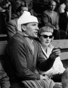Ο Μπερτ Τράουτμαν κι η σύζυγος του Μάργκαρετ Φρίαρ στο Βερολίνο το 1956. Ο Γερμανός γκολκίπερ φοράει προστατευτικό κολάρο, μετά την εγχείριση στη σπονδυλική στήλη