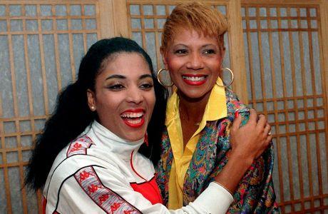 Ο Φλόρενς Γκρίφιθ Τζόινερ (αριστερά), νικήτρια των 100μ. στους Ολυμπιακούς Αγώνες 1988, με τη Βίλμα Ρούντολφ (δεξιά), νικήτρια των 100μ. στους Ολυμπιακούς Αγώνες 1960, Σεούλ, Δευτέρα 26 Σεπτεμβρίου 1988