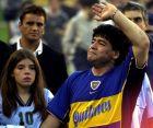 Ο Ντιέγκο Μαραντόνα στο αποχαιρετιστήριο παιχνίδι του στο Buenos Aires, μαζί με την κόρη του, Τζιανίνα | 10 Νοεμβρίου 2001 (AP Photo/Daniel Luna)