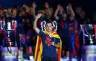Ο Τσάβι αποχαιρετάει τη Μπαρτσελόνα με τα τρόπαια του τρεμπλ του 2015 (AP Photo/Manu Fernandez)