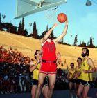 Ο Γιώργος Καστρινάκης σε προσπάθειά του στον τελικό του 1980 μπροστά από Γιαννουζάκο και Τρόντζο