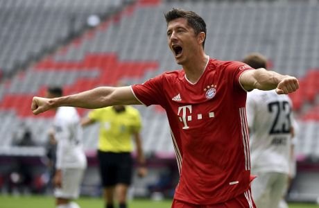 Ο Ρόμπερτ Λεβαντόβσκι της Μπάγερν Μονάχου πανηγυρίζει γκολ που σημείωσε κόντρα στη Φράιμπουργκ για την Bundesliga 2019-2020 στην 'Άλιαντς Αρένα', Μόναχο | Σάββατο 20 Ιουνίου 2020