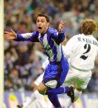 """Ο Σέρχιο έχει ανοίξει το σκορ στον τελικό του Κυπέλλου απέναντι στη Ρεάλ μέσα στο """"Μπερναμπέου"""" και πανηγυρίζει (6/3/2002)"""