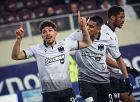 Ο Ντάγκλας Αουγκούστο έχει μόλις σκοράρει ένα καταπληκτικό γκολ, το δεύτερο του ΠΑΟΚ για το 2-1 στη Λάρισα