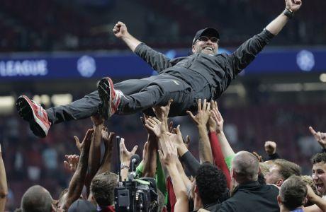 Ο προπονητής της Λίβερπουλ, Γίργκεν Κλοπ, στα χέρια των ποδοσφαιριστών του, μετά από τη νίκη στον τελικό Champions League 2018-2019 κόντρα στην Τότεναμ, στο 'Γουάντα Μετροπολιτάνο' της Μαδρίτης, Σάββατο 1 Ιουνίου 2019