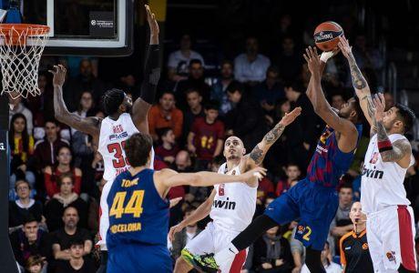 Πρίντεζης και Κόνιαρης επιχειρούν να σταματήσουν τον Χίγκινς, στην ήττα του Ολυμπιακού με σκορ 90-80 στο 'Palau Blaugrana' από την Μπαρτσελόνα, για την 16η αγωνιστική της Euroleague (ΦΩΤΟΡΑΦΙΑ: EUROKINISSI)