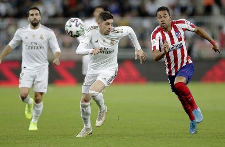 Ο Φεντερίκο Βαλβέρντε της Ρεάλ Μαδρίτης μονομαχεί με τον Ρενάν Λοντί της Ατλέτικο Μαδρίτης για τον τελικό του Supercopa 2019 στο 'Βασιλιάς Αμπντάλα', Τζέντα, Κυριακή 12 Ιανουαρίου 2020