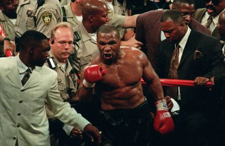 O Mαικ Τάισον δημιουργεί συμπλοκές εκτός ρινγκ ύστερα από τον αγώνα του με τον Εβάντερ Χόλιφιλντ, στις 28 Ιουνίου 1997, στο MGM Grand Garden του Λας Βέγκας.