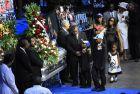 H Σέρα έδωσε μια μικρή παράσταση, στην κηδεία του Λορένζεν στις 4/8 του 2010 (AP Photo/Lance Murphey)