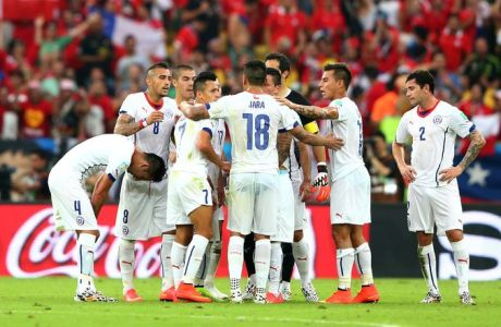 RIO DE JANEIRO, BRAZIL - JUNE 18: Chile huddle during the 2014 FIFA World Cup Brazil Group B match between Spain and Chile at Maracana on June 18, 2014 in Rio de Janeiro, Brazil.  (Photo by Jamie Squire/Getty Images)