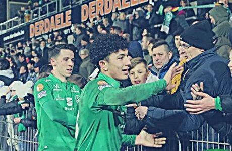 Οι ποδοσφαιριστές της Λόμελ χαιρετούν τους οπαδούς στην κερκίδα