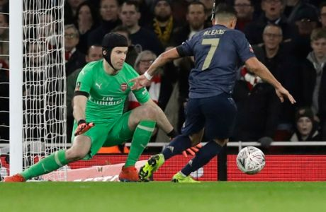 Manchester United's Alexis Sanchez, right, scores his side's opening goal during the English FA Cup fourth round soccer match between Arsenal and Manchester United at the Emirates stadium in London, Friday, Jan. 25, 2019. (AP Photo/Matt Dunham)