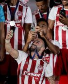 Ο Ματιέ Βαλμπουενά αυτοφωτογραφίζεται δαγκώνοντας το μετάλλιο του πρωταθλητή. Ο Χασάν απαθανατίζει τη στιγμή