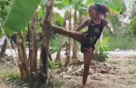 Γυναίκα kickboxer σπάει στα δύο μπανανιά!