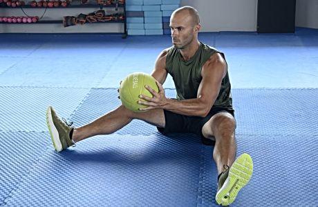 Κοιλιακοί: Οι 3 απαραίτητες ασκήσεις με ιατρική μπάλα