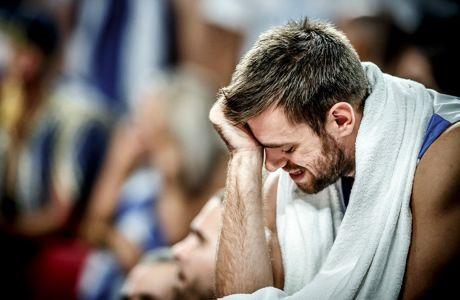 Ο Βαγγέλης Μάντζαρης στενοχωρημένος στον πάγκο της Εθνικής Ελλάδας, στην ήττα από τη Ρωσία για τα προημιτελικά του Ευρωμπάσκετ 2017 στο 'Σινάν Ερντέμ Ντομ' της Κωνσταντινούπολης, Τετάρτη 13 Σεπτεμβρίου 2017