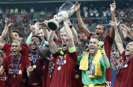 Ο αρχηγός της Λίβερπουλ, Τζόρνταν Χέντερσον, σηκώνει το τρόπαιο του Super Cup Ευρώπης που κατέκτησε η ομάδα του, επικρατώντας στα πέναλτι της Τσέλσι στο 'Μπεσίκτας Παρκ' της Κωνσταντινούπολης, Τετάρτη 14 Αυγούστου 2019