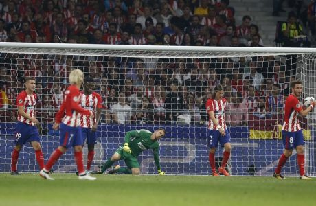 Atletico's players react after Chelsea's goal during a Group C Champions League soccer match between Atletico Madrid and Chelsea at the Wanda Metropolitano stadium in Madrid, Spain, Wednesday Sept. 27, 2017. (AP Photo/Paul White)