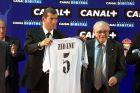 Ζιντάν και Ντι Στέφανο στην επίσημη παρουσίαση του πρώτου από τη Ρεάλ Μαδρίτης (10/7/2001).