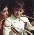 Η 14χρονη Νάντια Κομανέτσι, στα πόδια της μεταφράστριας μετά τα δυο χρυσά και το ένα χάλκινο του 1976. (AP Photo)
