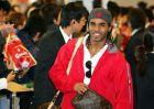 Ο Φλοράν Σιναμά Πονγκόλ ως παίκτης της Λίβερπουλ κατά τη διάρκεια άφιξης της αποστολής στο διεθνές αεροδρόμιο του Τόκιο για φιλική αναμέτρηση