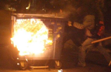 Επεισόδια στον Πειραιά: φωτιές σε κάδους και συνθήματα