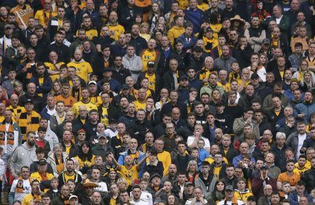 """Οι φίλοι της Γουλβς στις εξέδρες του """"Wembley' στον ημιτελικό του FA Cup με την Γουότφορντ στις 7 Απριλίου του 2019. (AP Photo/Tim Ireland)"""